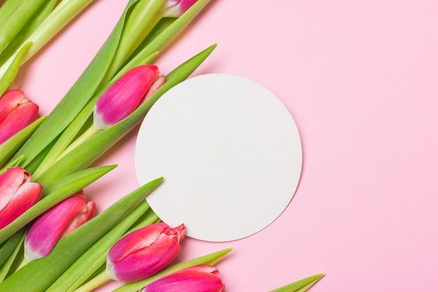 Boeket van paarse tulpen op een roze achtergrond papier