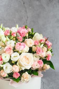 Boeket van prachtige bloemen met pioenrozen, rozen en eustoma's