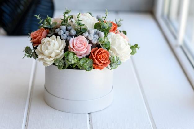 Boeket van prachtige felroze bloemen in een cilindrische geschenkdoos