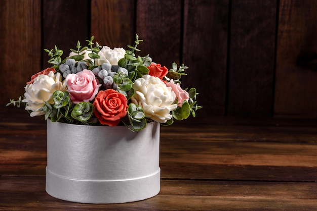 Boeket van prachtige felroze bloemen in een cilindrische geschenkverpakking