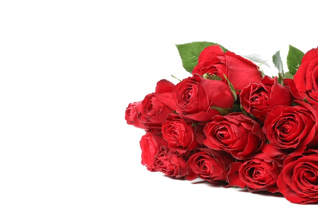 Boeket van rode roos met groene bladeren geïsoleerd op een witte tafel