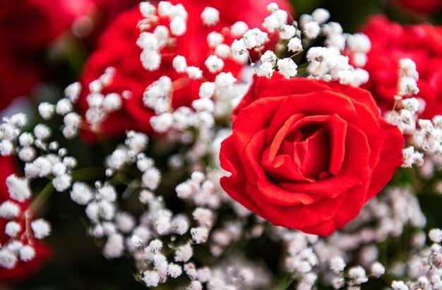 Boeket van rode rozen als natuurlijke ondergrond