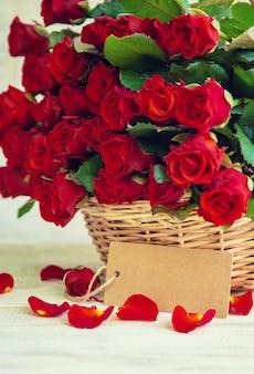 Boeket van rode rozen, een geschenk voor valentijnsdag. selectieve aandacht. vakantie.