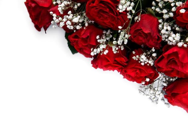 Boeket van rode rozen op een witte ondergrond