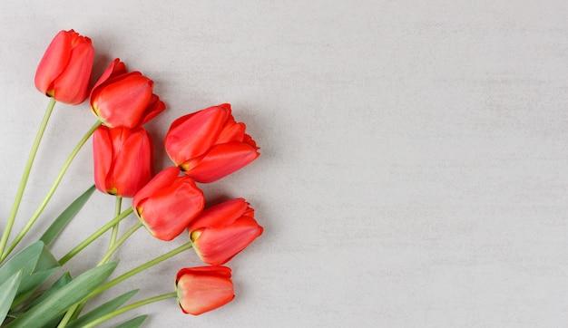 Boeket van rode tulpen op grijs met copyspace