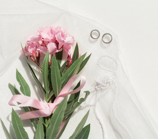 Boeket van roze bloemen met bruiloft arrangement