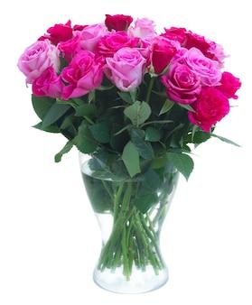 Boeket van roze en magenta vers roze bloemen in vaas geïsoleerd op een witte achtergrond