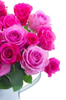 Boeket van roze en magenta verse rozen in kan close-up geïsoleerd op een witte achtergrond