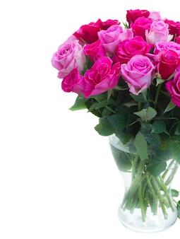Boeket van roze en magenta verse rozen in vaas close-up geïsoleerd op een witte achtergrond
