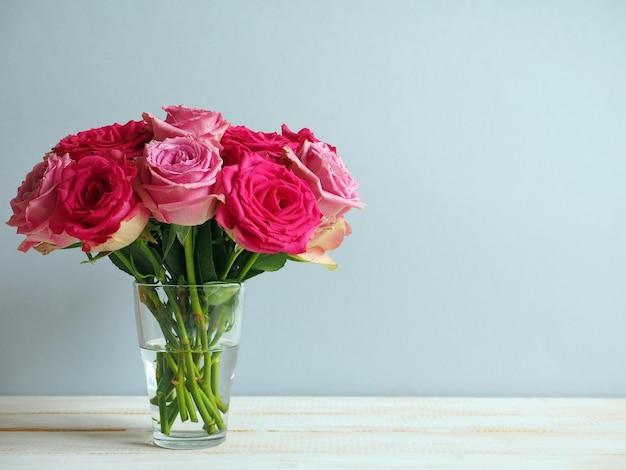 Boeket van roze rozen in glas