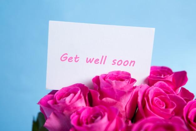 Boeket van roze rozen met beterschapskaart