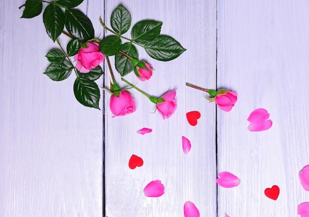 Boeket van roze rozen met bloemblaadjes