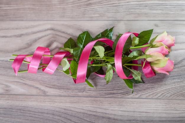 Boeket van roze rozen op hout