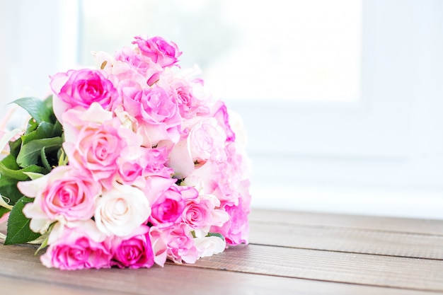 Boeket van roze rozen. plaats voor het opschrift.