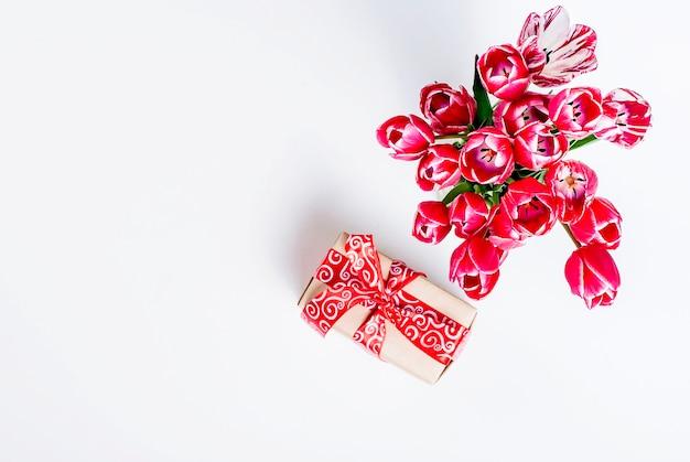 Boeket van roze tulpen en cadeau.