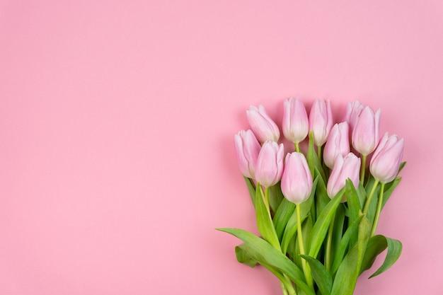 Boeket van roze tulpen op een roze achtergrond romantisch concept valentijnsdag vrouwendag
