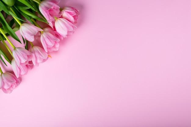 Boeket van roze tulpen over roze achtergrond