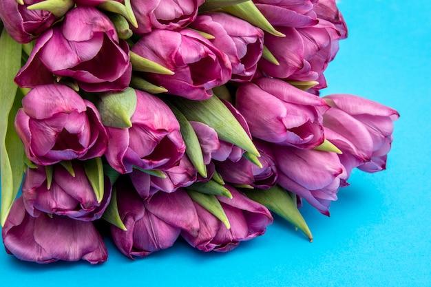 Boeket van roze tulpen / pasen-dagachtergrond. boeket van tulpen op een blauwe achtergrond, webbanner