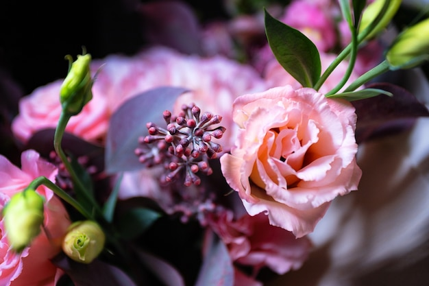 Boeket van rozen en gartens bloemen close-up op zwarte achtergrond met ondiepe scherptediepte en blauw...