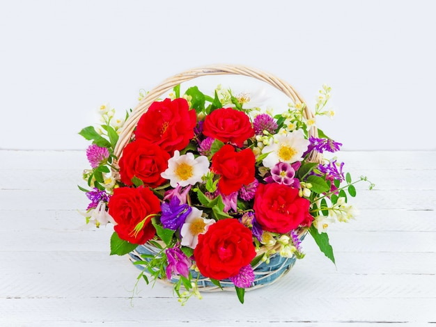 Boeket van tuin bloemen in een vintage mand