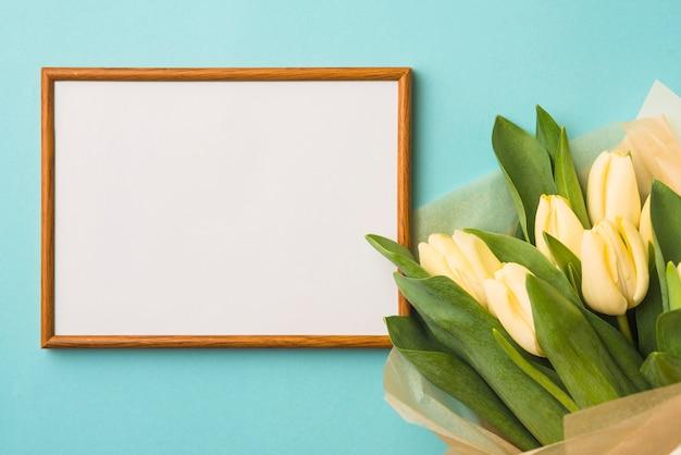 Boeket van tulpen dichtbij frame