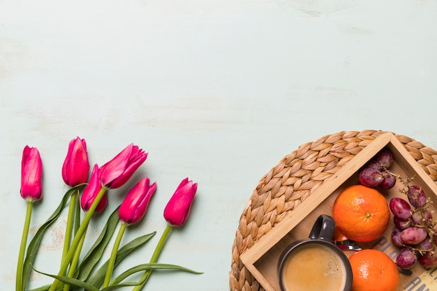 Boeket van tulpen en dienblad met fruit