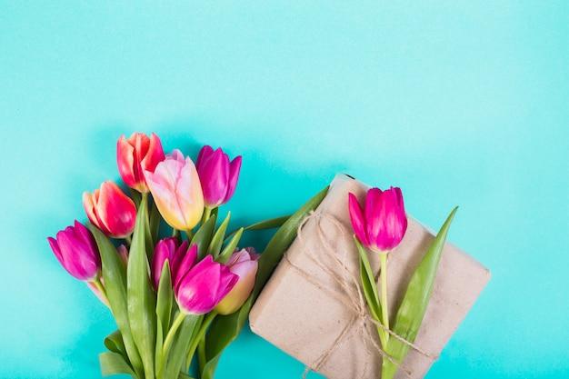 Boeket van tulpen en huidige doos
