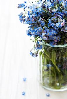 Boeket van vergeet-mij-nietjebloemen in glazen vaas