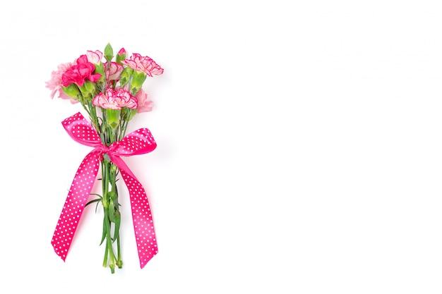 Boeket van verschillende roze geïsoleerde anjerbloemen