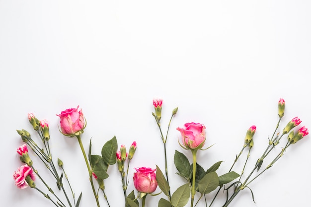 Boeket van verse bloemen met groene bladeren