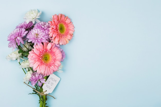 Boeket van verse bloemen met titel op tag