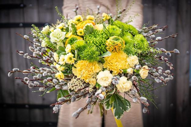 Boeket van verse delicate bloemen op witte achtergrond cadeau viering valentijn bruiloft