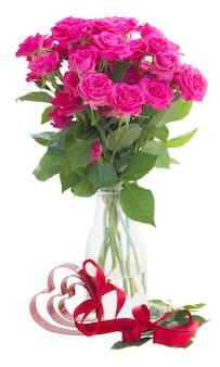 Boeket van verse roze roze bloemen met hart geïsoleerd op een witte achtergrond
