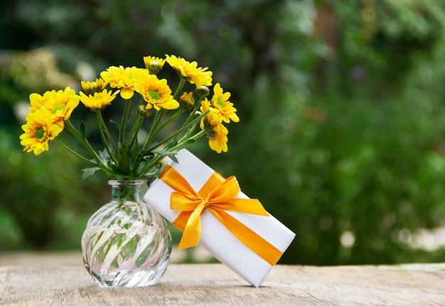 Boeket van wilde bloemen en kleine geschenkverpakking.