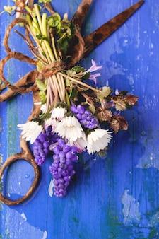 Boeket van wilde bloemen en oude roestige schaar