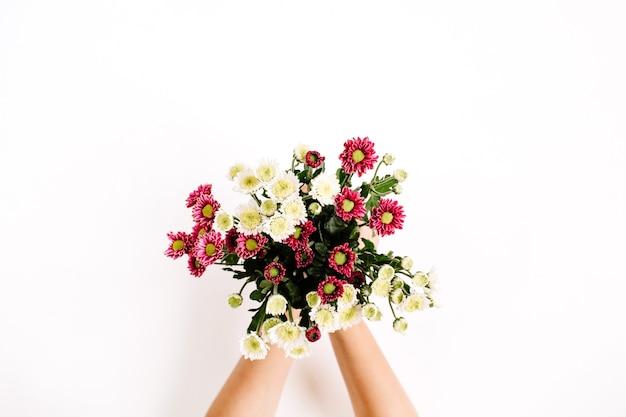 Boeket van wilde bloemen in handen van het meisje