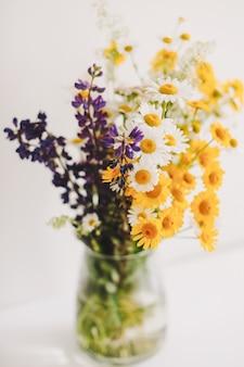 Boeket van wilde natuurlijke bloemen in een vaas
