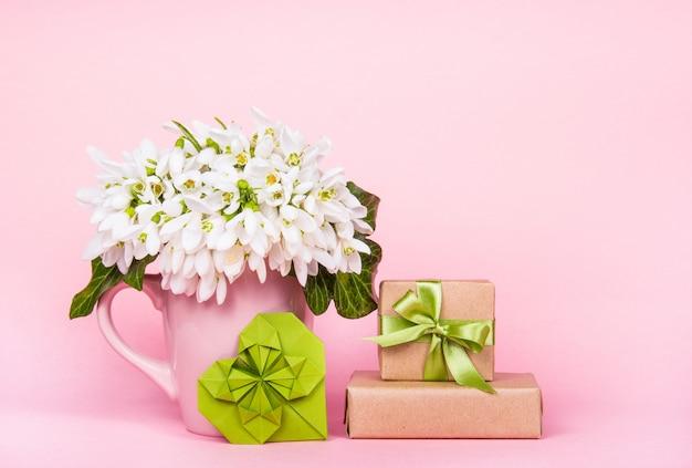 Boeket van witte bloemen en geschenkdoos