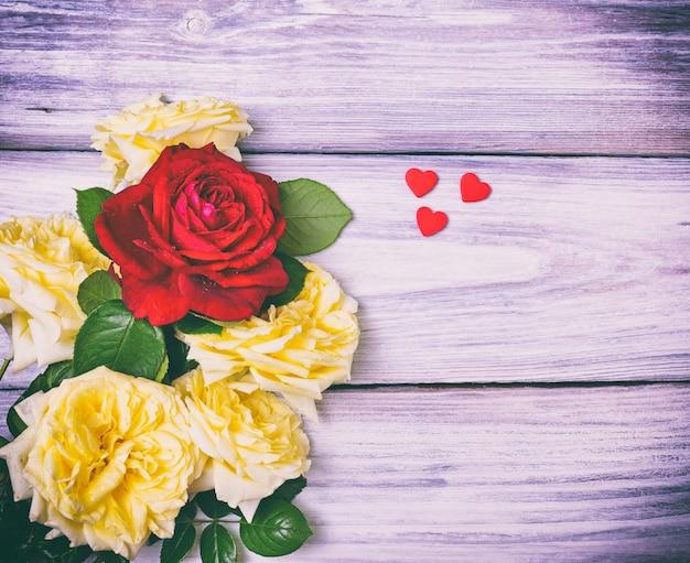 Boeket van witte en rode rozen