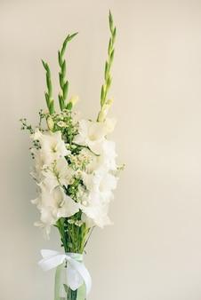 Boeket van witte gladiolen. bloemen van bleekheids de gevoelige gladiolen op witte achtergrond
