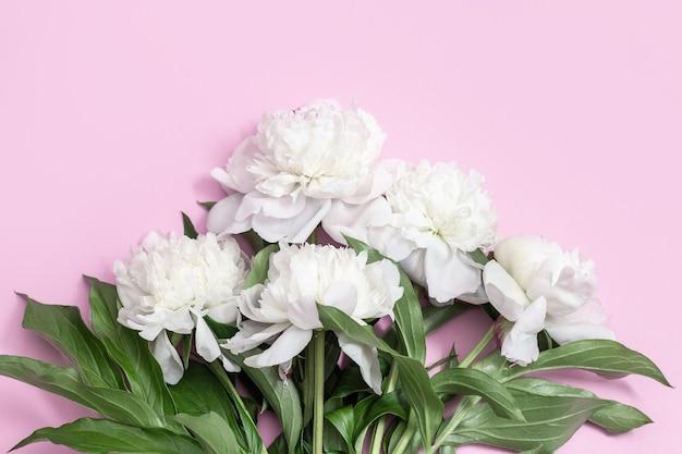 Boeket van witte pioenrozen bloem op roze achtergrond briefkaart voor moederdag, vrouwendag