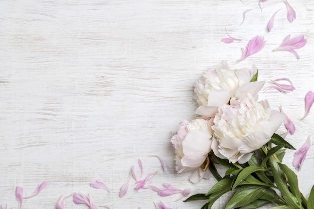 Boeket van witte pioenrozen op een lichte achtergrond met kopie ruimte. cadeau voor valentijnsdag.
