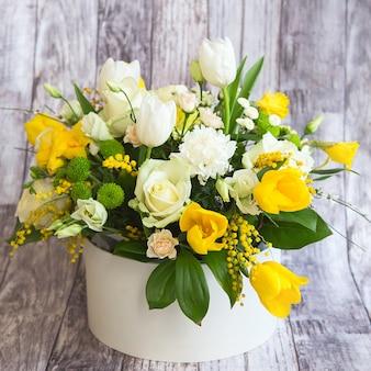 Boeket van witte pioenrozen, rozen en gele tulpen