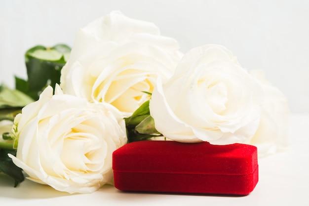 Boeket van witte rozen met sieraden cadeau voor vakantie of bruiloft