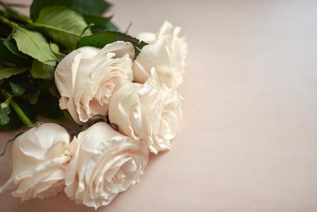 Boeket van witte rozen op een houten oppervlak