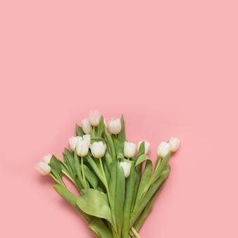 Boeket van witte tulp op millennial pink.