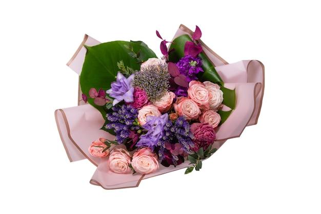 Boeket van zachtroze bloemen in roze cadeaupapier