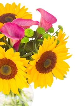 Boeket van zonnebloemen callas en moeders close-up geïsoleerd