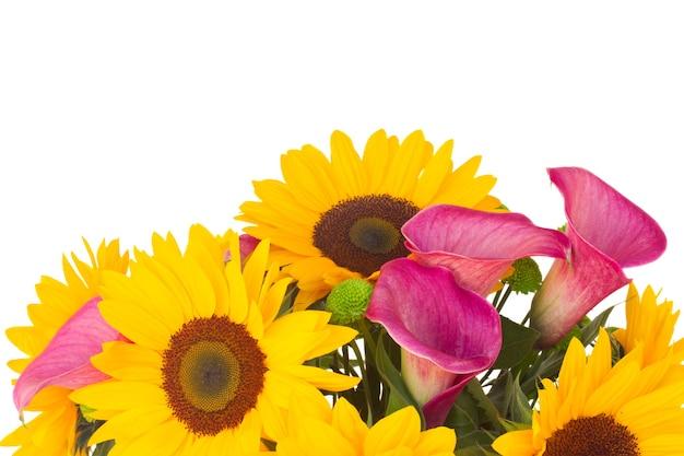 Boeket van zonnebloemen en callas close-up geïsoleerd