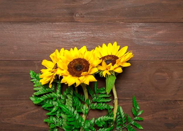 Boeket van zonnebloemen en varenbladeren